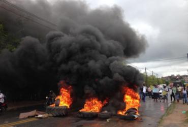 Manifestantes queimam pneus e bloqueiam pista em protesto contra aumento da gasolina | Olga Leiria | Ag. A TARDE