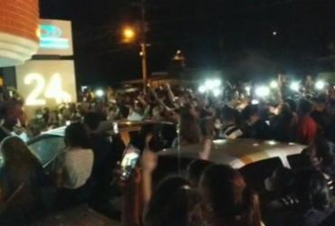 Multidão se reúne em funerária a espera de pastor que anunciou sua ressureição | Reprodução