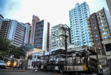 Ônibus pega fogo na Barra; motorista suspeita de pane elétrica | Felipe Iarutã / Ag. A TARDE