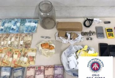 Polícia encontra drogas e dinheiro enterrados em quiosque