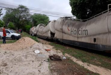 Trem carregado com cimento descarrila em área residencial de Brumado