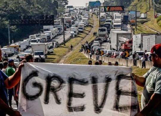 Caminhoneiros dizem que auxílio é 'esmola' e se mantêm mobilizados para paralisação | Miguel Schincariol | AFP
