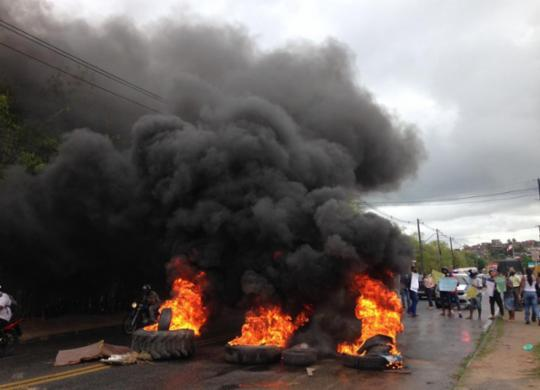 Mototaxistas queimam pneus em protesto contra alta dos combustíveis em Salvador   Olga Leiria   Ag. A TARDE