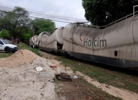 Trem carregado com cimento descarrila em área residencial de Brumado | Luciano Santos l 97 NEWS