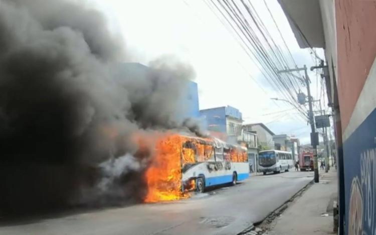 Incêndio teria sido provocado por pane elétrica   Reprodução   TV Bahia - Foto: Reprodução   TV Bahia