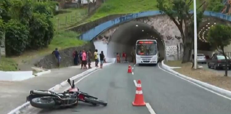 Acidente aconteceu na saída do túnel Teodoro Sampaio, na Avenida Centenário   Foto: Reprodução   TV Bahia - Foto: Reprodução   TV Bahia